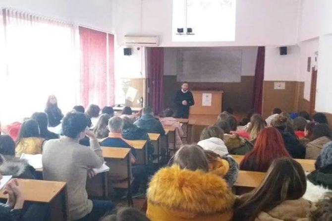 """Amplă activitate de informare și prevenție, pe tema consumului de alcool  și droguri, la Colegiul """"N.V. Karpen"""" din Bacău"""