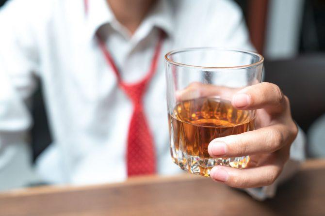 Alcoolicii nu ştiu că ei nu ar trebui să bea?