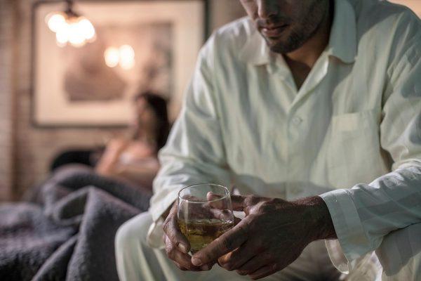 """Ce înseamnă """"stadiul de negare"""" al alcoolismului și care este """"amăgirea"""" alcoolicului?"""