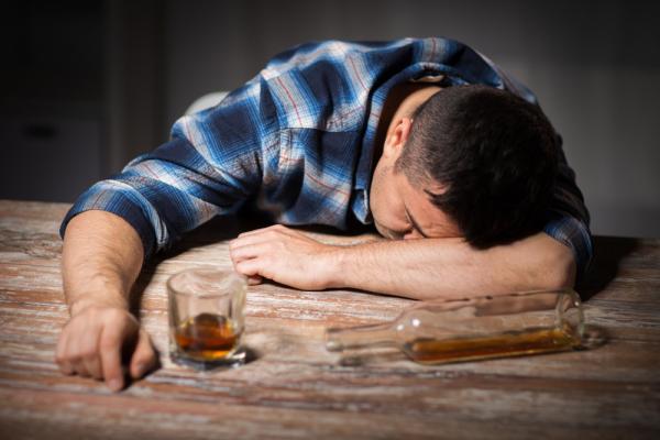 SIMPTOME COMUNE ALE ACOOLISMULUI – Comportamentul consumului de alcool exagerat sau înrăit