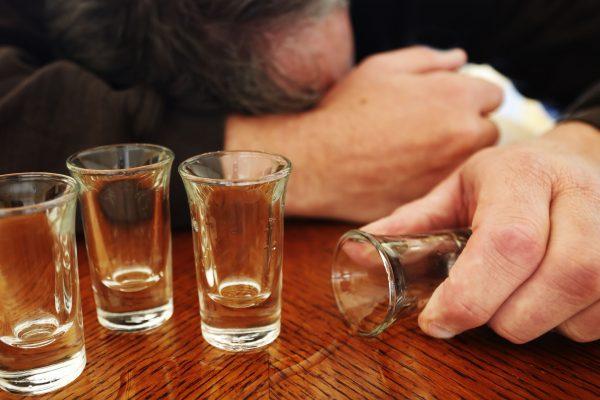 """De ce este alcoolismul considerat ca fiind o """"boală primară""""?"""