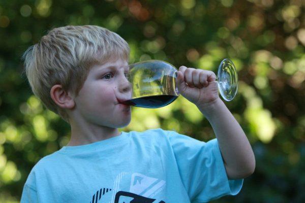 Copiii din România se învață întâi cu băutura, apoi cu buletinul. Mărturia unui fost dependent de alcool