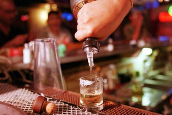 """Când se transformă consumul de alcool în dependență. """"Mă păcăleam că aș mai putea să beau un pahar, două"""""""