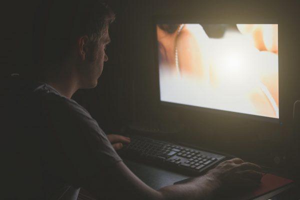 Dependența de pornografie – de ce este periculoasă?