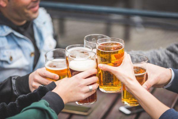 Românului îi place să petreacă! Suntem pe primul loc la consumul de alcool ilicit.