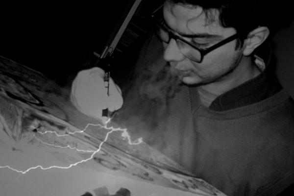 Pictorul român care folosește arta ca să stea departe de dependența de droguri