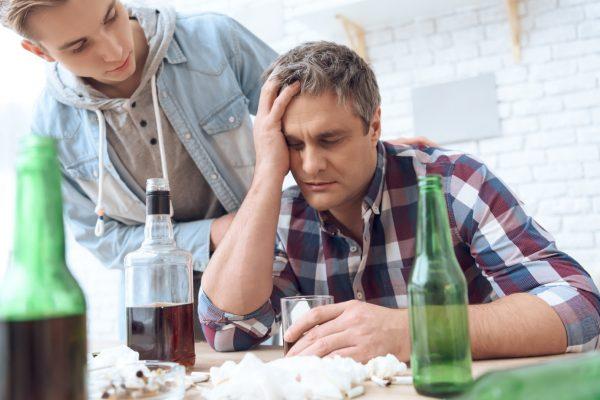"""Dependenţa, refugiu din calea unei traume. Psiholog: """"Copiii alcoolicilor au de patru ori mai multe şanse să abuzeze ei înşişi de alcool"""""""