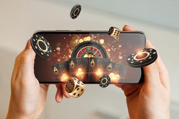 """Cât de sigure sunt, de fapt, """"păcănelele"""" pe care le joci pe telefon: cum s-a digitalizat industria și cu ce riscuri"""