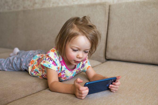 De ce dependenţa de telefon poate ruina copilăria?