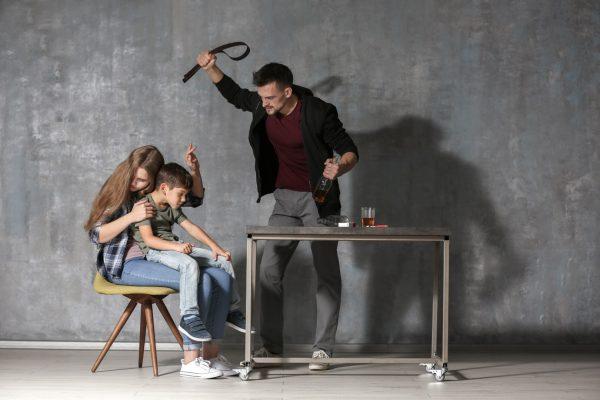 FAȚA NEȘTIUTĂ A RĂULUI… ÎN ALCOOLISM (de la frică la violență și de la abuzat la abuzator)