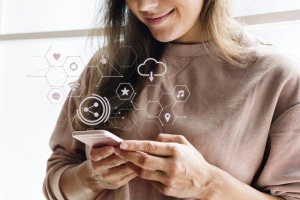 Avertismentul unui medic despre dependenţa de internet: Părinţii să apeleze la specialişti şi să nu facă experimente pe copii